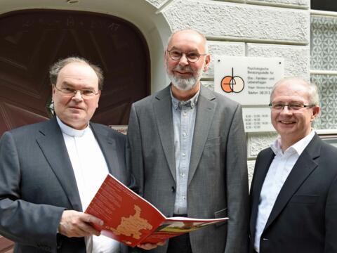 Bei der Vorstellung des Gesamttätigkeitsberichts 2017 (von links): Seelsorgeamtsleiter Prälat Dr. Bertram Meier, Pfarrer Klaus Cuppok und Pfarrer Martin Uhl. (Foto: Nicolas Schnall / pba)