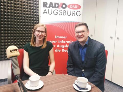 Moderatorin Katharina van der Beek mit Diakon Ralf Eger. (Foto: Radio Augsburg)
