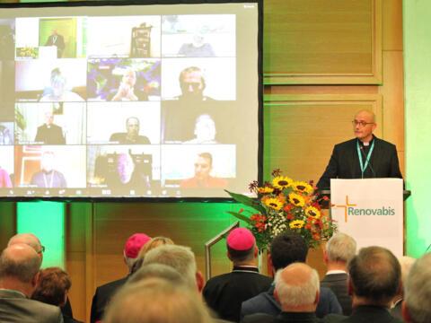 Der künftige Renovabis-Hauptgeschäftsführer Prof. Dr. Thomas Schwartz am Rednerpult beim Kongress in Berlin. Bischof Bertram verfolgte die Veranstaltung von Augsburg aus. (Foto: Renovabis)