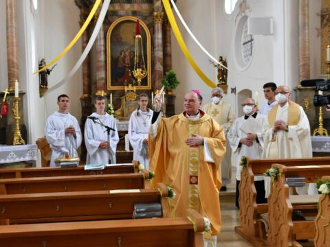 Die Filialkirche St. Leonhard in Roth wurde nach Sanierungsarbeiten von Bischof Bertram gesegnet. (Fotos: Maria Steber / pba)