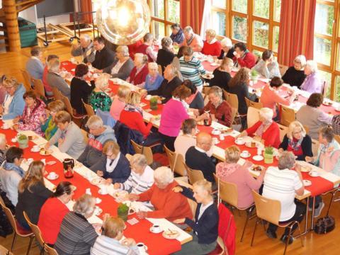 Bei Kaffee und Kuchen konnten sich die Caritas-SammlerInnen über ihre Erfahrungen austauschen. (Foto: Caritas Augsburg / Miriam Schnitzler)