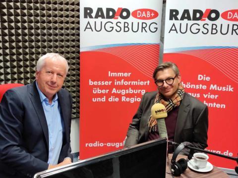 Uli Bobinger im Gespräch mit dem Bischöflichen Finanzdirektor Jérôme-Oliver Quella (Foto: Radio Augsburg).