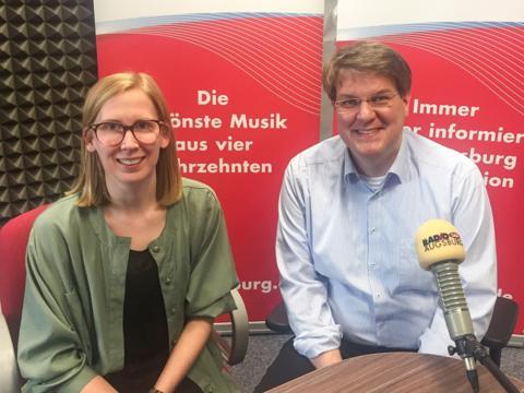 Moderatorin Katharina van der Beek im Gespräch mit Stadtpfarrer Pater Steffen Brühl. (Foto: SUV)