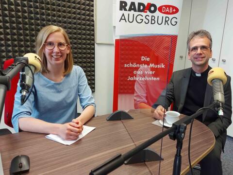 RADIO AUGSBURG-Moderatorin Katharina van der Beek im Gespräch mit Dompfarrer Armin Zürn. (Foto: SUV)