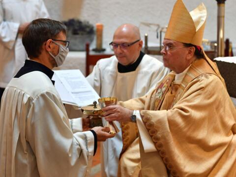 Dr. Daniel Esch wird von Bischof Bertram für den Akolythendienst beauftragt. (Foto: Nicolas Schnall / pba)