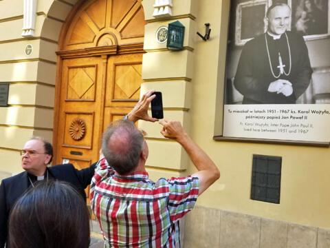 Die Pilger stehen in Krakau vor dem Haus, in dem Karol Wojtyla als Erzbischof wohnte. (Foto: Ulrich Schwab / Katholische SonntagsZeitung)