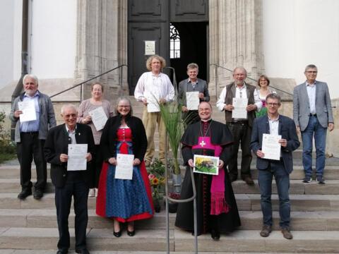 Nach der Urkundenübergabe (v.l.): Ottmar Vellinger (Straßberg), Christoph Kähny (Willishausen), Gertrud Hitzler (Aindling), Elfriede Ebner (Kaufbeuren), Helmut Heiler (Kaufbeuren), Anton Eichner (Pfründestiftungsverbund), Bischof Bertram, Reinhold Gradl (Kaufbeuren), Andrea Kaufmann-Fichtner (Umweltbeauftragte Bistum Augsburg), Dieter Kling (Unterbechingen), Siegfried Fuchs (Umweltberater). (Foto: Fachbereich Kirche und Umwelt)