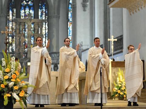 Die vier neuen Priester spenden den ersten feierlichen Segen. (Foto: Nicolas Schnall / pba)