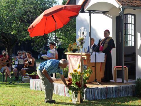 Die Pilger feierten mit Bischof Bertram vor der Walkenberger Bruder-Klaus-Kapelle einen Gottesdienst. (Fotos: KLB)