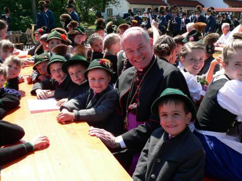 Weihbischof Losinger 2007 bei einem Besuch in Buching (Foto: Archiv)