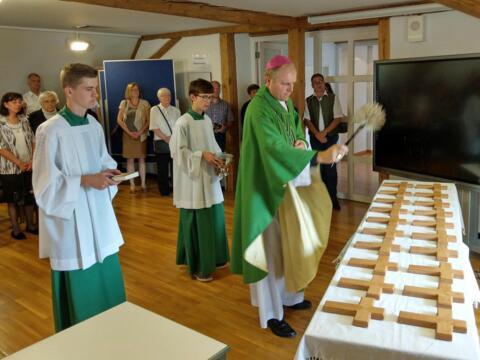 Weihbischof Wörner segnete unter anderem die Kreuze für jeden Raum. (Fotos: Schulwerk / Walch)