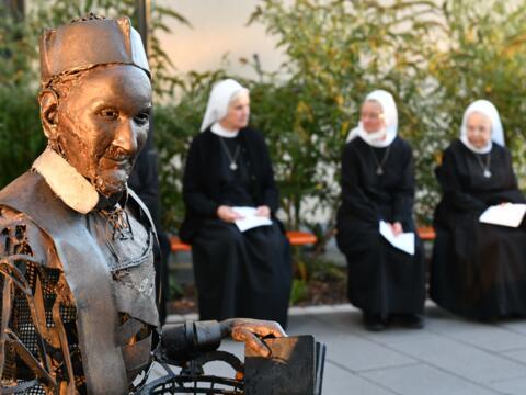 Die eiserne Figur des hl. Vinzenz prägt jetzt den Außenbereich im Augsburger St. Vinzenz Zentrum (Foto: Ulrich Bobinger / pba).