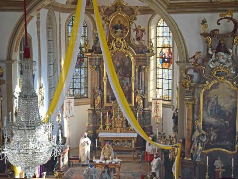 Blick von der sanierten Empore auf den Altarraum der Pfarrkirche St. Blasius in Vorderburg. (Foto: Verspohl-Nitsche / pdsf)