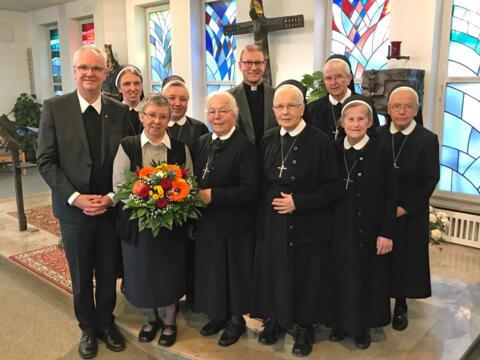 Als Generaloberin wurde Schwester Gabriele Falagan (mit Blumenstrauß) für eine zweite Amtszeit wiedergewählt. (Foto: Theresienschwestern)