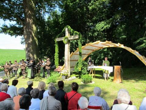 Pater Bernhard Gerwe eröffnet den Waldgottesdienst