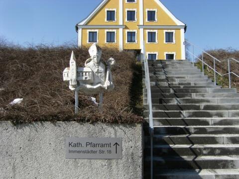 St. Martin Büste vor dem Pfarrhof