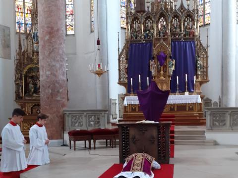 Prostratio am Beginn der Liturgie