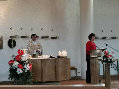 Frau Marlene Hammer begrüßt H. H. Pfarrer Lidel