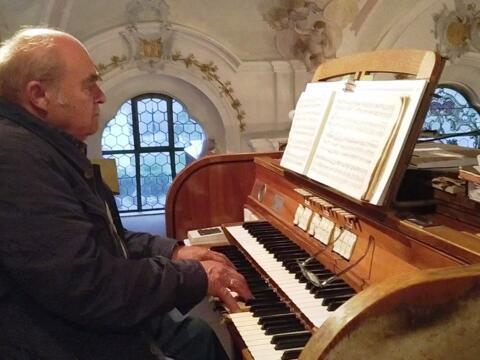 Heinrich Speer an seiner Orgel, Foto von Christian Hornung