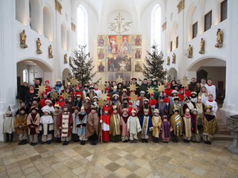 BU (Foto: Stefan Hauke): Nach dem Festgottesdienst stellten sich alle anwesenden Sternsinger mit ihren Begleitpersonen zum Gruppenfoto in der Stadtpfarrkirche St. Stephan auf.