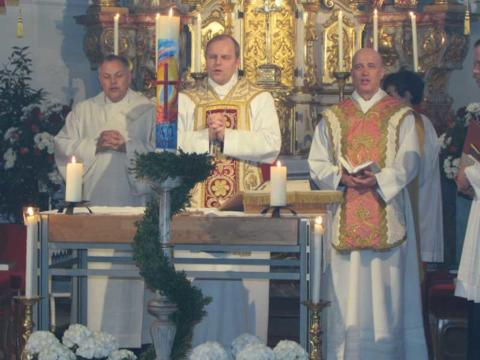 Weihbischof Florian Wörner mit Pfarrer Roland Wolff (rechts) und Diakon Stefan Siegel