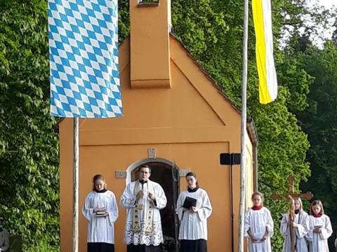 """Letzte Maiandacht im Freien bei der Kapelle """"Maria, Heil der Kranken"""""""