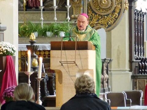 Bischof Bertram predigt über der Grablege der Bistumspatrone vor dem Diözesanrat. (Foto: Diözesanrat)