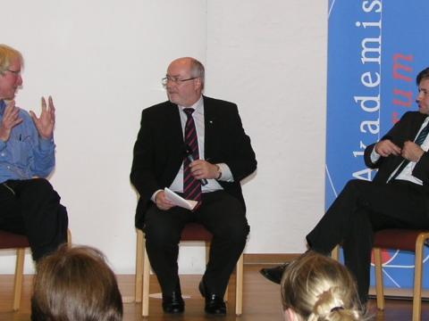 Im Gespräch: Prof. Dr. Andreas Hartmann, Prof. Dr. Adalbert Keller, Prof. Dr. Bertram Stubenrauch (v. li.).