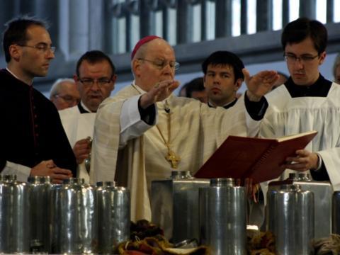 Bischof Dr. Zdarsa weiht die heiligen Öle