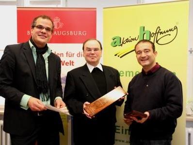 P. Miguel Ruiz SDB (v.r.) überreichte zweil Holzstücke aus Pakistan an den Weltkirchenreferenten Prälat Dr. Bertram Meier und an den Geschäftsführer der aktion hoffnung, Gregor Uhl.