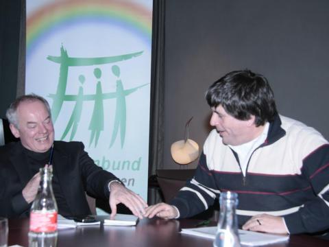 Weihbischof Losinger (links) und Vorsitzender Ulrich Hoffmann im Gespräch über familienpolitische Belange