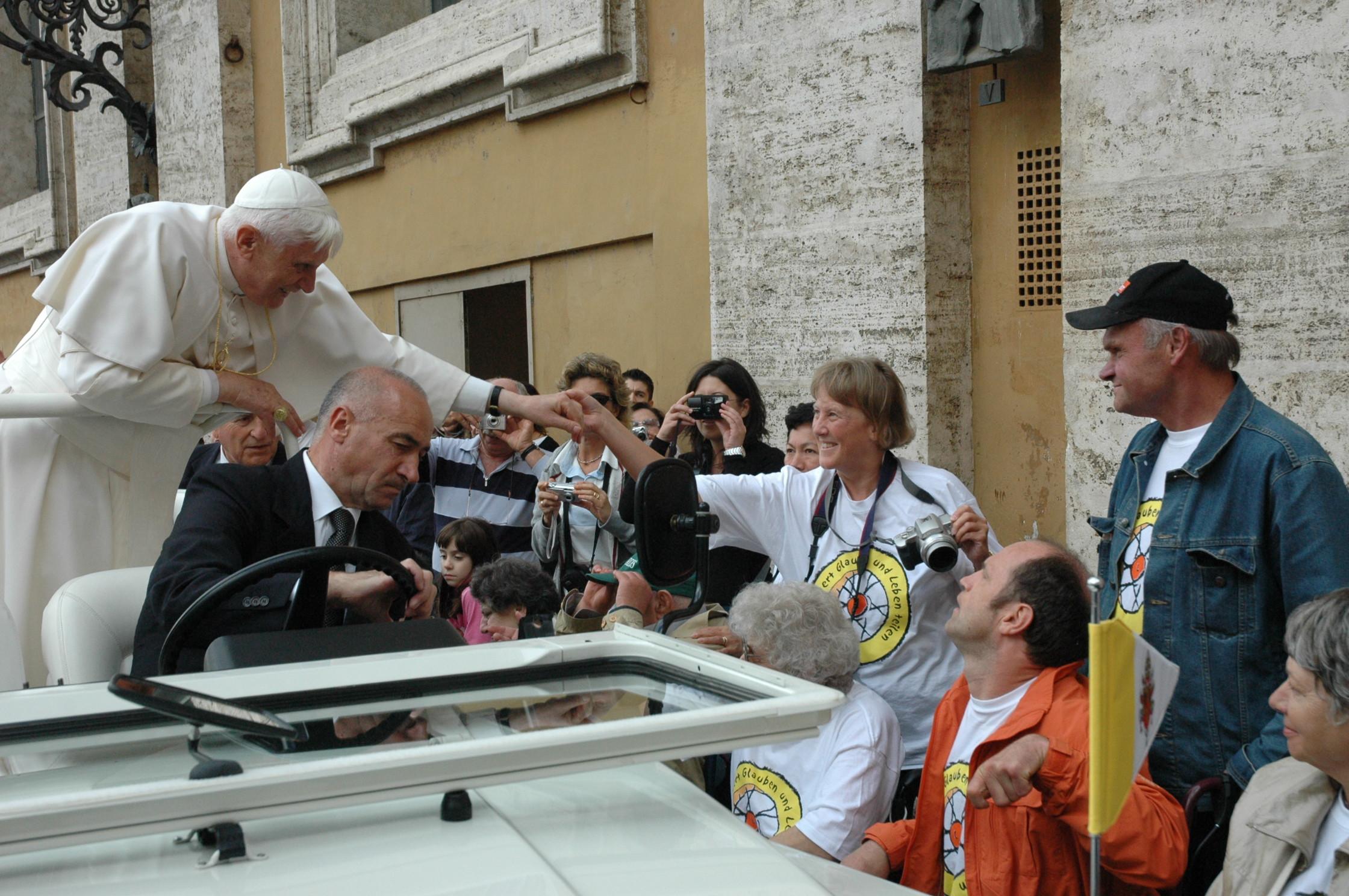 Kurze Begegnung einiger Teilnehmer unserer Romwallfahrt am Mittwoch, 5. Oktober 2005 mit dem Papst