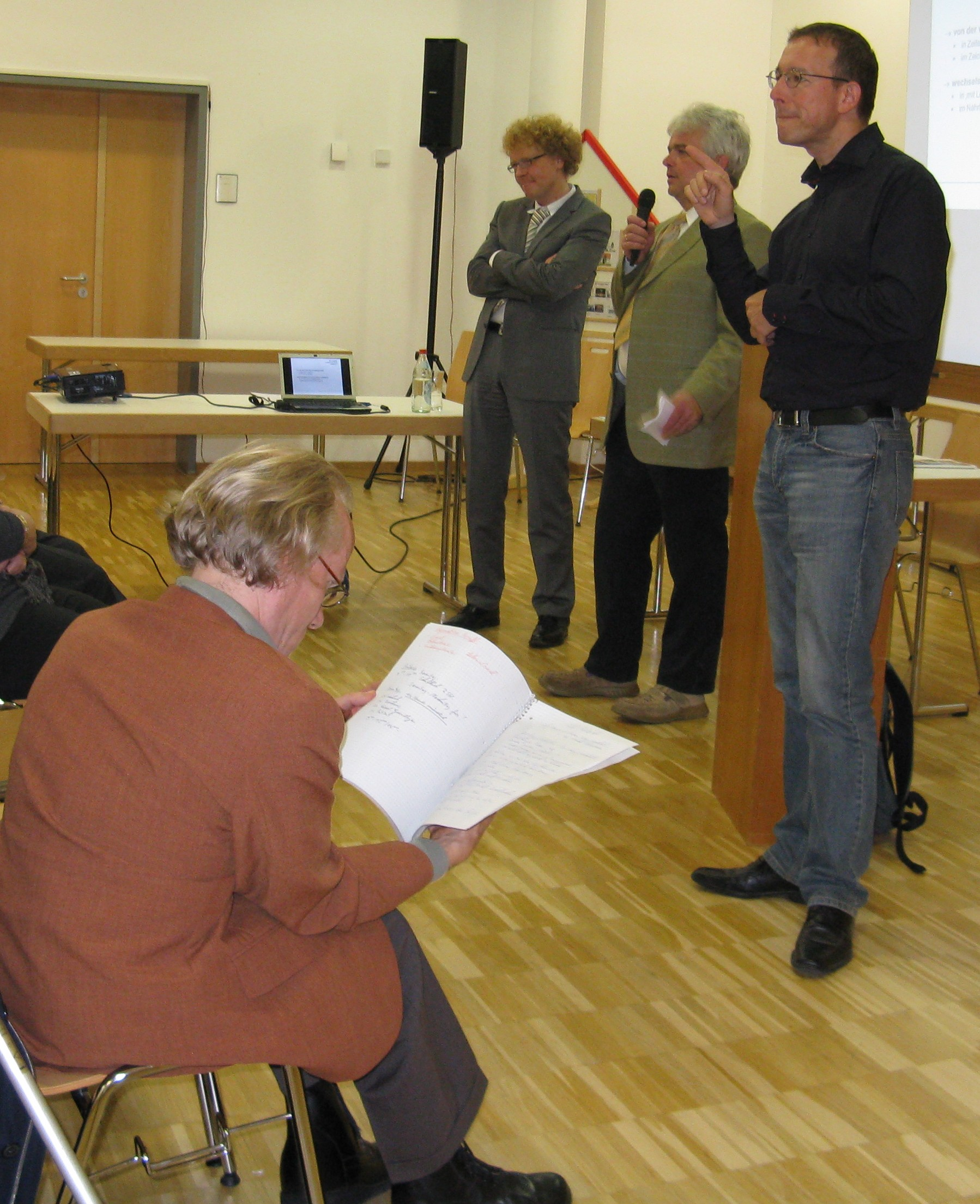 Prof. Dr. Lob-Hüdepohl, Diakon Thomas Schmidt, Pastoralreferent  Michael Geisberger (Gebärdendolmetscher) und Pastoralreferent Thomas Göppel (sitzend)