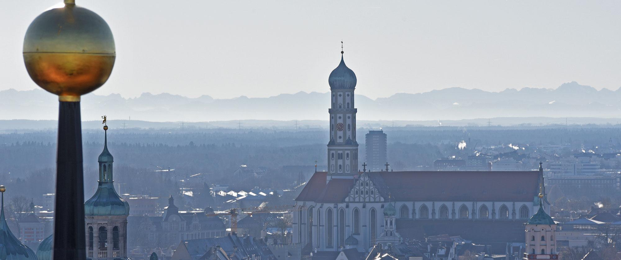 Blick bis zu den Alpen: Die Ulrichsbasilika vom Nordturm des Hohen Doms aus fotografiert (Foto: Nicolas Schnall / pba)