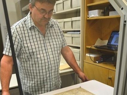 Robert Reiter scannt eine weitere Urkunde aus dem Bestand des Archivs des Bistums.