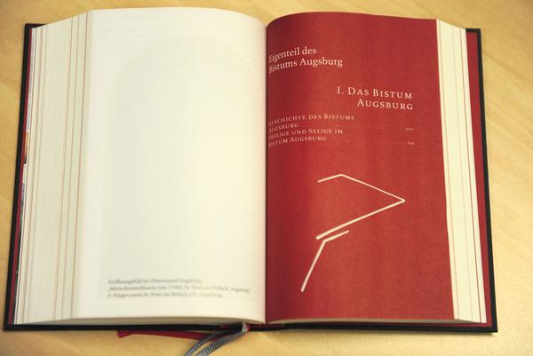 Jedes Kapitel beginnt mit einer roten Seite und dem dazugehörigen Inhaltsverzeichnis.