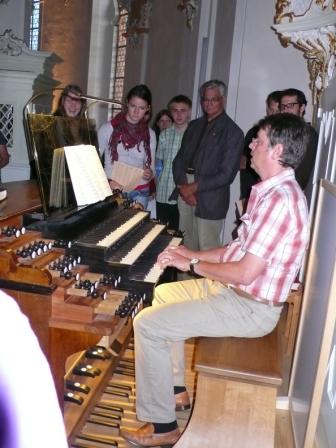 Chordirektor Thomas Friese an der Orgel der Wieskirche