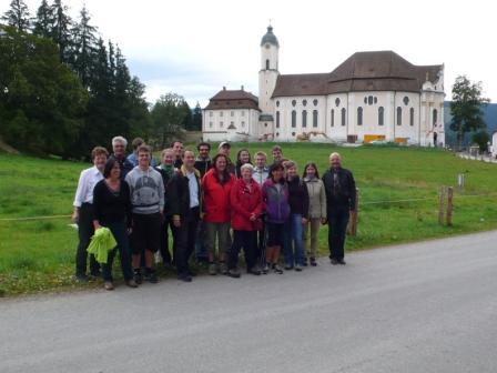 Die Kursteilnehmer mit den Dozenten vor der Wieskirche