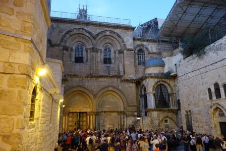 Pilgerscharen vor der Grabeskirche in Jerusalem