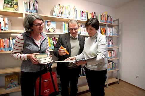 von links: Marlene Hintermüller, stellv. Büchereileiterin, Erich Nagl, Bürgermeister, Eva Nagl, Büchereileiterin (Foto: Wolfgang Glas, Aichacher Zeitung)