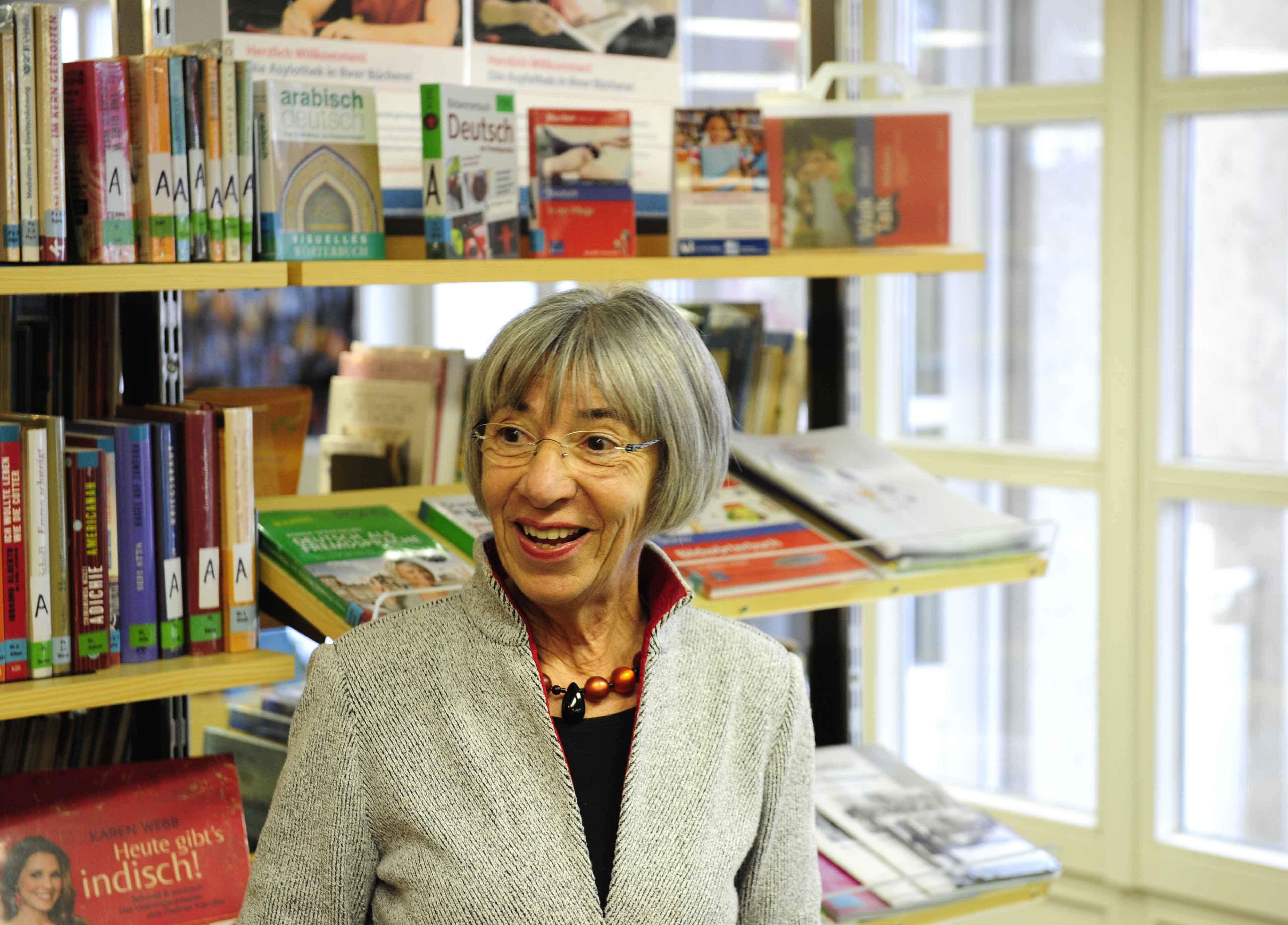 Margit Berger leitet die Bücherei Herz Jesu in Augsburg-Pfersee. Sie ist dankbar für die Bewilligung der Sondermittel, mit denen sie das Angebot ausbauen kann.