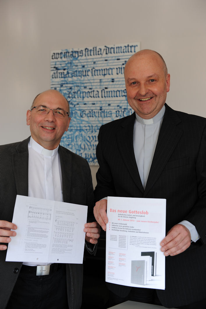 Pfarrer Ulrich Müller (links) und Pater Stefan Kling mit Druckfahnen des Gotteslobs. Foto: Maria Steber