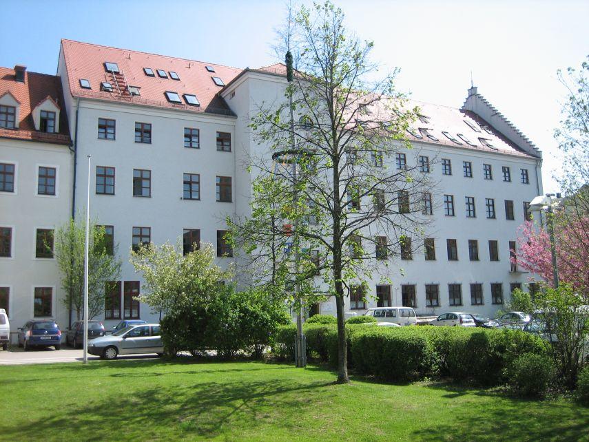 Das Gebäude, früher ein katholisches Waisenhaus, von der Hofseite aus fotografiert.