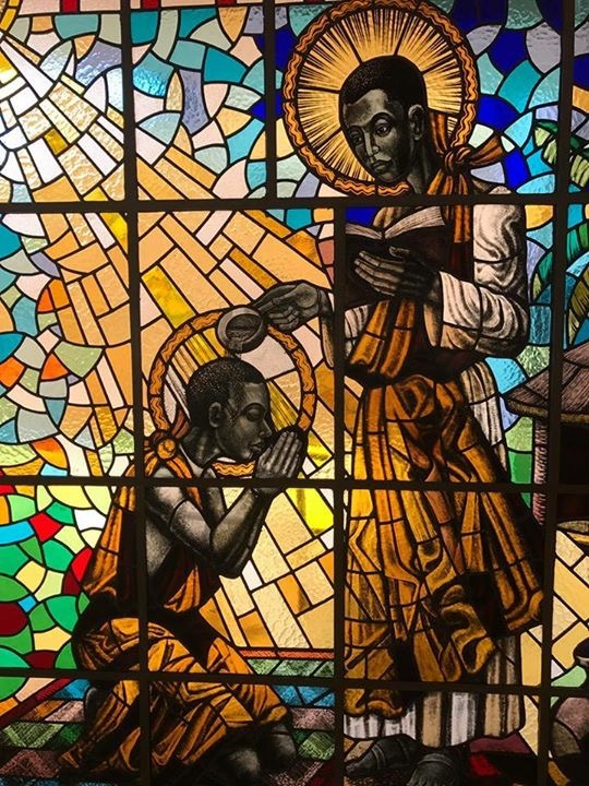 Karl Lwanga tauft Kizito. Kirchenfenster in der Munyonyo Martyrs Shrine Church (Kampala). Foto: Wulman83 (CC BY-SA 4.0)