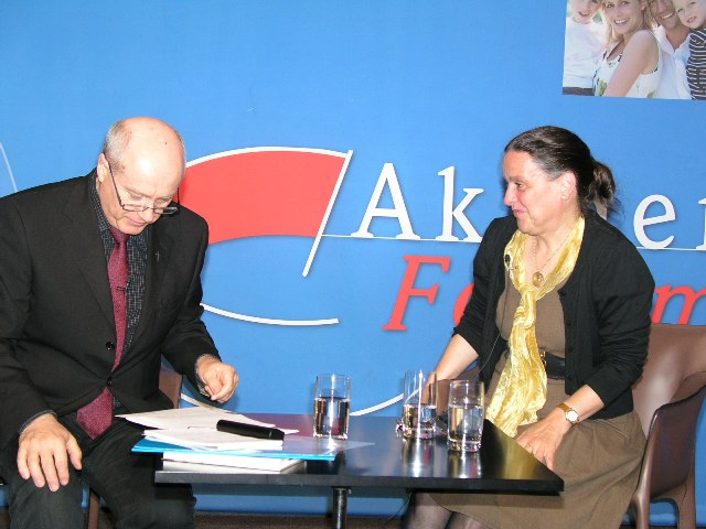 Prof. Dr. Adalbert Keller im Gespräch mit der Referentin Dr. Gabriele Ziegler.