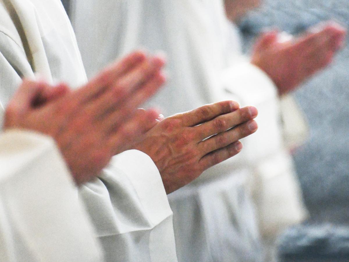 Betende Hände bei der Diakonenweihe 2020 (Foto: Julian Schmidt / pba)
