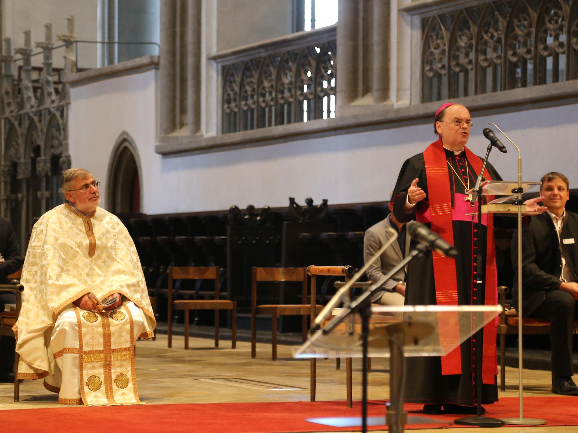 Bischof Bertram beim Kreuzweg für verfolgte Christen im Hohen Dom (Foto: Kirche in Not)