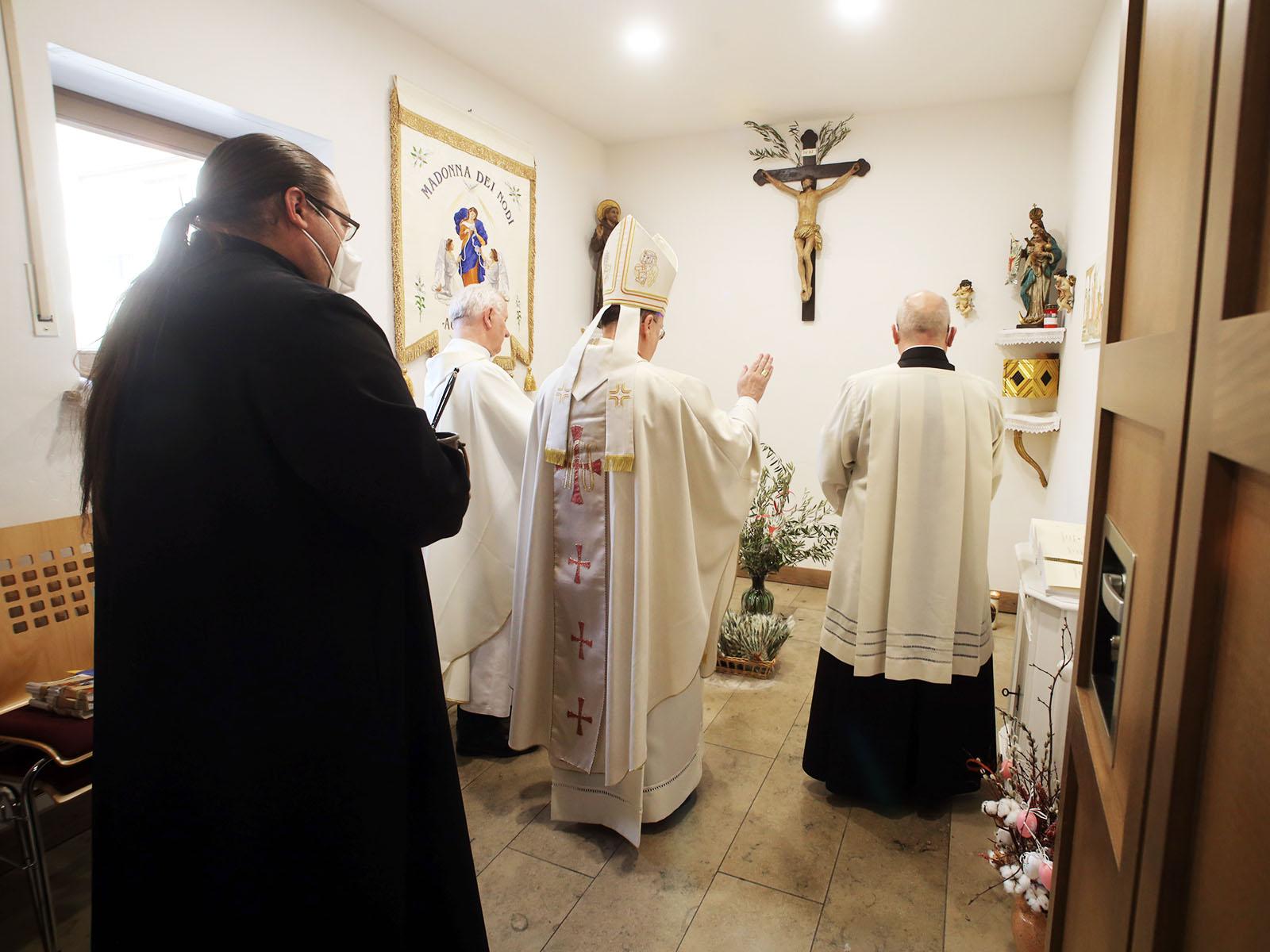 Bischof Bertram segnet den Kreuzweg der Italienischen Gemeinde (Foto: Annette Zoepf / pba)