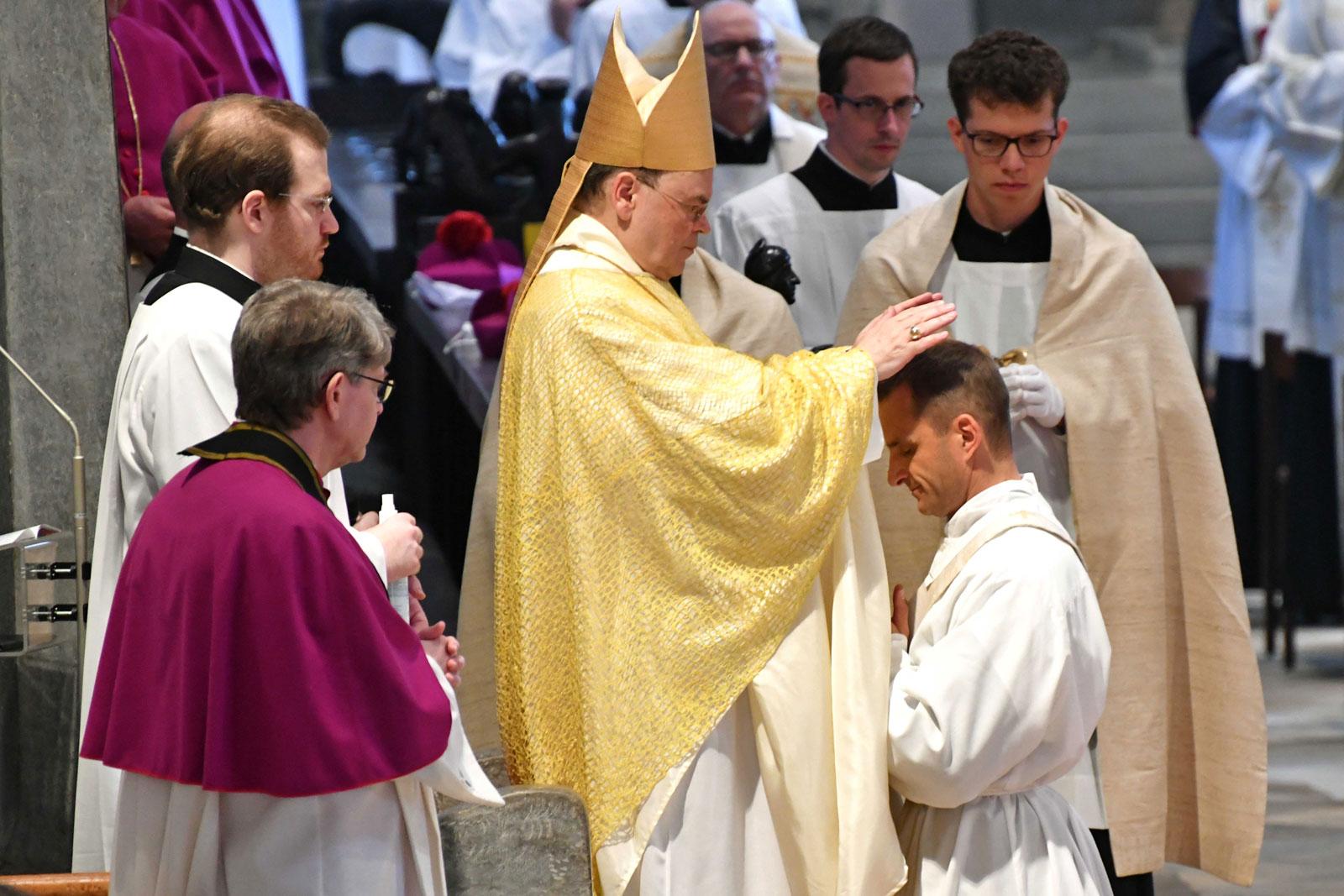 Bischof Bertram spendete vier Männern die Priesterweihe (Foto: Nicolas Schnall / pba)