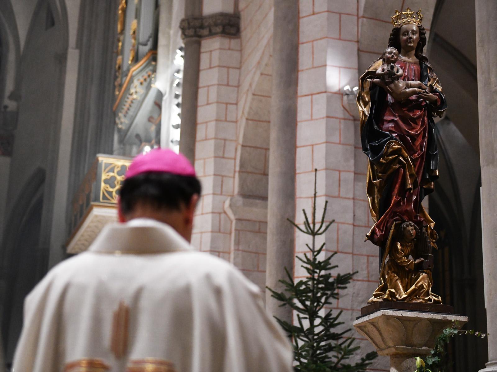 Bischof Bertram vor der Marienstatue im Hohen Dom (Foto: Julian Schmidt / pba)
